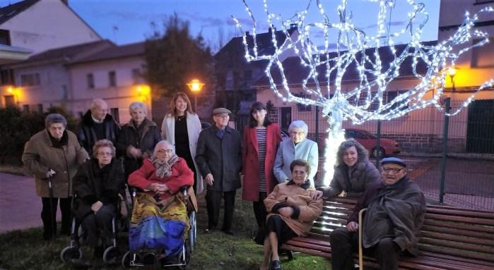 ILUMINACIÓN. La alcadesa, Berta Fernández, junto a las concejalas Isabel Mañero y Marisa Morillo, junto a los mayores en uno de los rincones iluminados.
