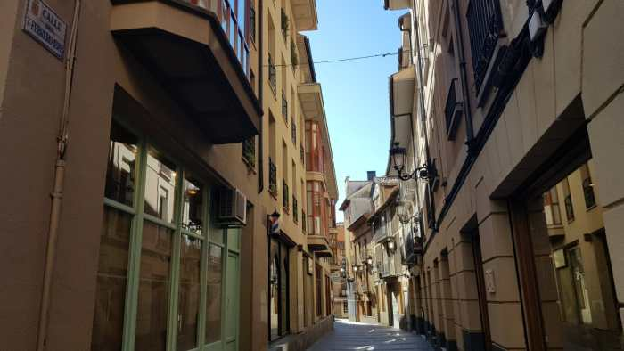 CANAL. La céntrica calle 7 de febrero de Jaca. (FOTO: Rebeca Ruiz)