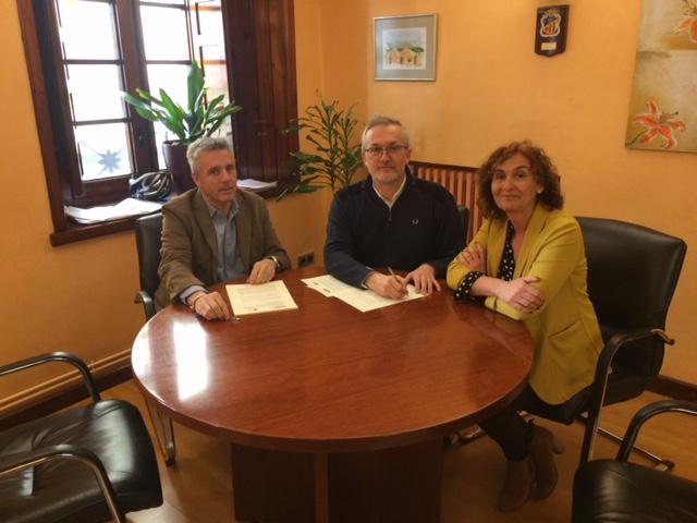CONVENIO DE TECNIFICACIÓN. Un momento de la firma. (FOTO: Ayuntamiento de Jaca)