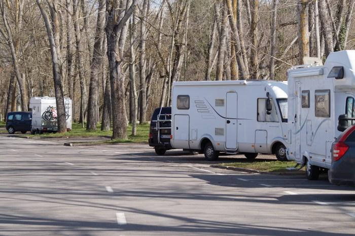 TURISTAS. Casi no quedan caravanas en Jaca. (FOTO: Rebeca Ruiz)