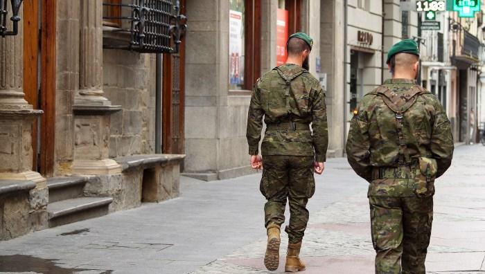JACA. Militares del Regimiento Galicia 64, esta semana, por las calles de Jaca. (FOTO: Rebeca Ruiz)