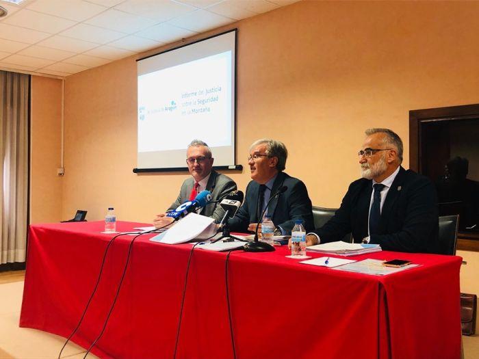 SEGURIDAD EN MONTAÑA. De izda. a dcha., el alcalde de Jaca, Juan Manuel Ramón; Ángel Dolado y Javier Hernández, esta mañana, en Jaca. (FOTO: Justicia de Aragón)