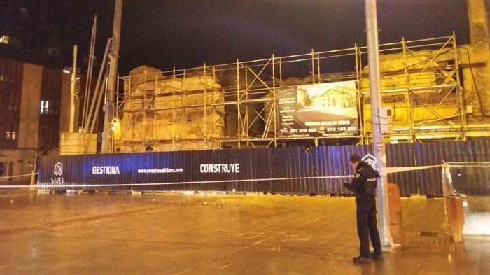 DERRUMBE. Parte de la fachada de la casa en obras de la Plaza Biscós se ha venido abajo. (FOTO: Servicio de Emergencias del Ayuntamiento de Jaca)