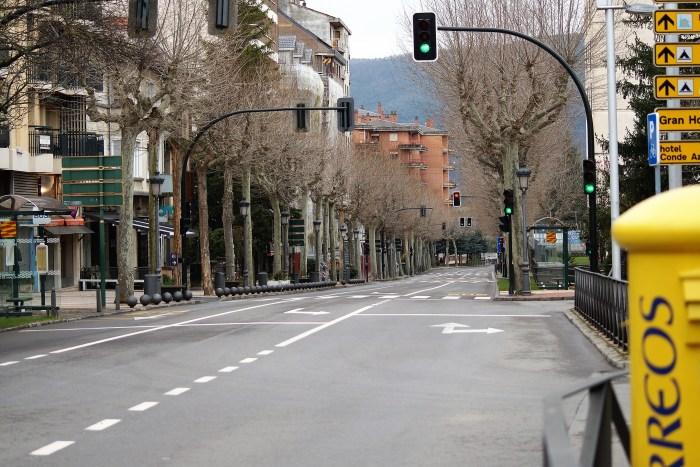 JACA SOLIDARIA. Muchos jacetanos se han ofrecido voluntarios para ayudar. Imagen de la Avenida del Regimiento Galicia, tomada ayer, martes. (FOTO: Rebeca Ruiz)