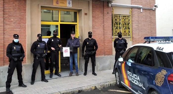 SOLIDARIDAD. Agentes de la Policía nacional de Jaca, frente a la Comisaría. (FOTO: Jupol-Huesca)
