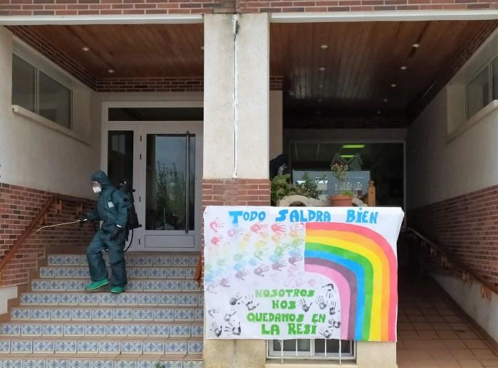 ENEMIGO INVISIBLE. Desinfección en la Residencia de Mayores de Grañén. (FOTO: RICZM Galicia 64)