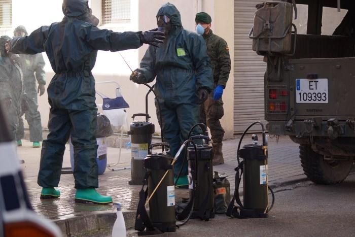 DESINFECCIÓN. Un equipo del Galicia 64 ha desinfectado la Comisaría de Jaca. (FOTO: Rebca Ruiz)