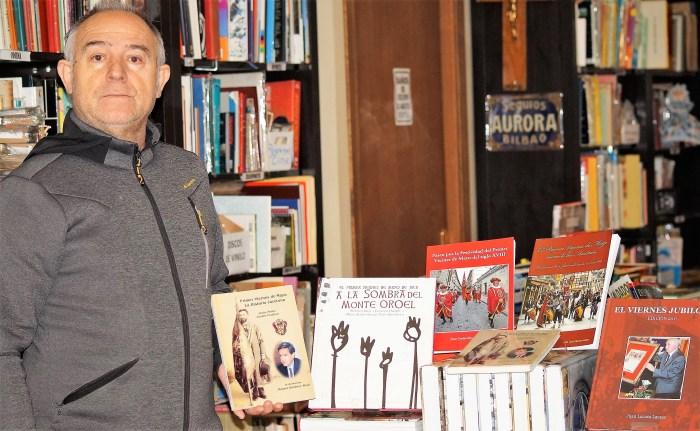 HISTORIA JACETANA. Pedro Juanín, con su libro y otras obras sobre el Primer Viernes de Mayo de distintos autores, en su establecimiento, la Librería Oroel de Jaca. (FOTO: Rebeca Ruiz)