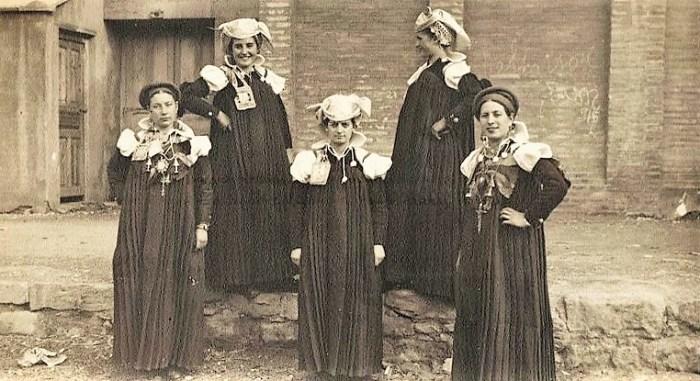IMÁGENES. Concurso de Coros y Danzas. Grupo de camaradas que interpretaron la jota de Ansó, ataviados con el traje típico. Fidel Oltra. Año 1945. (FOTO: Gobierno de Aragón)