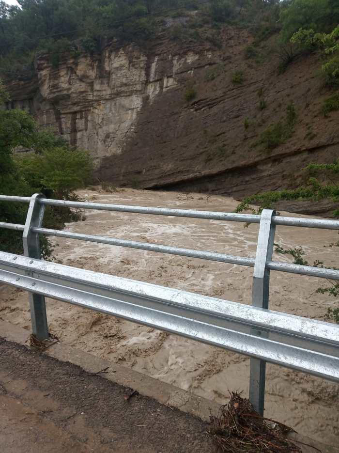 CORTE DE CARRETERA. Desbordamiento del barranco de Atarés. (FOTO: Servicio de Emergencias de Jaca).
