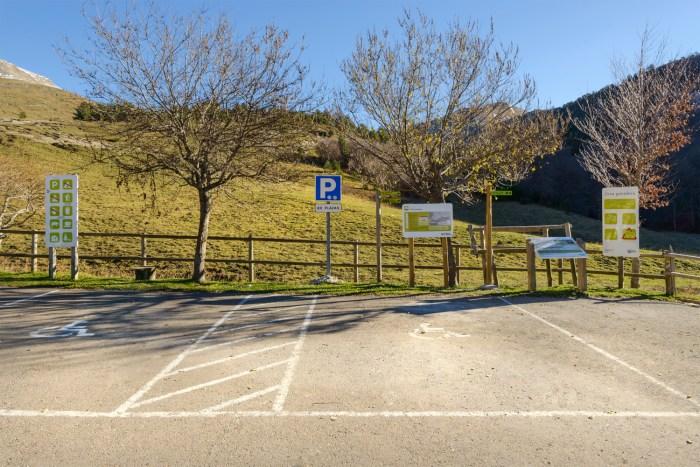 ACCESIBILIDAD. Aparcamiento accesible y seguro en Linza (Ansó). (FOTO: DPH)