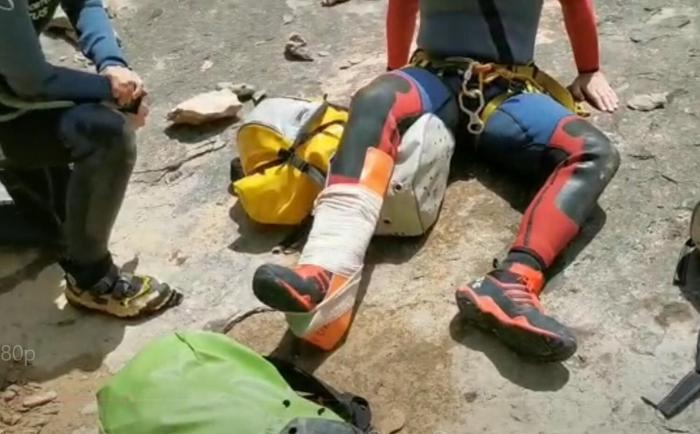 BARRANQUISTA. El lesionado es atendido por la Guardia Civil.