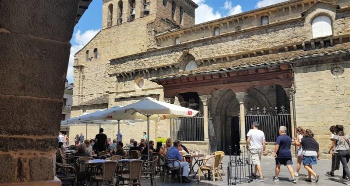 HOSTELERÍA. Terrazas junto a la Catedral de Jaca -imagen de archivo-. (FOTO: Rebeca Ruiz)