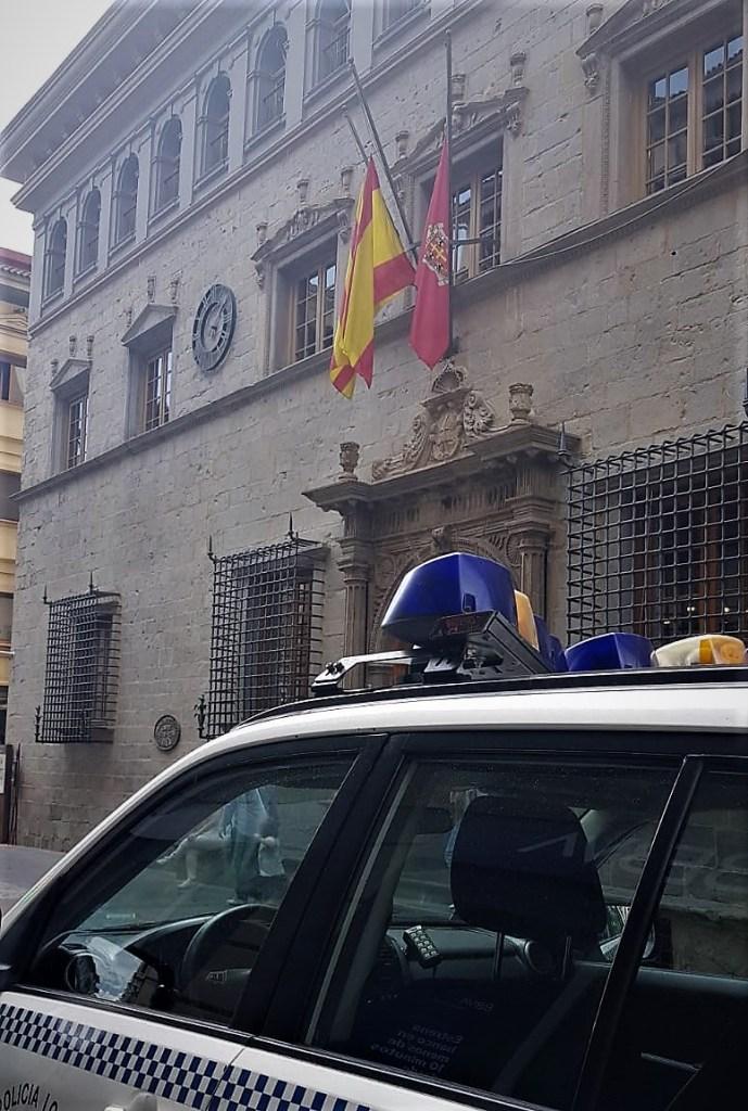 JACA. Banderas a media asta en señal de luto. (FOTO: Rebeca Ruiz)