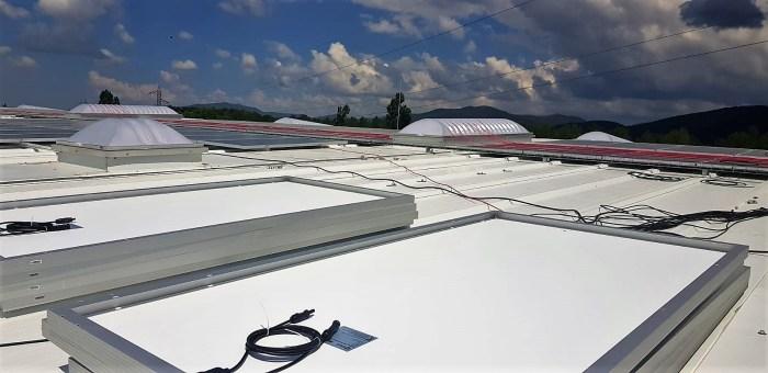 AUTOSUFICIENCIA. Placas fotovoltaicas en la cubierta del nuevo Cash AltoAragón Jaca. (FOTO: Rebeca Ruiz)