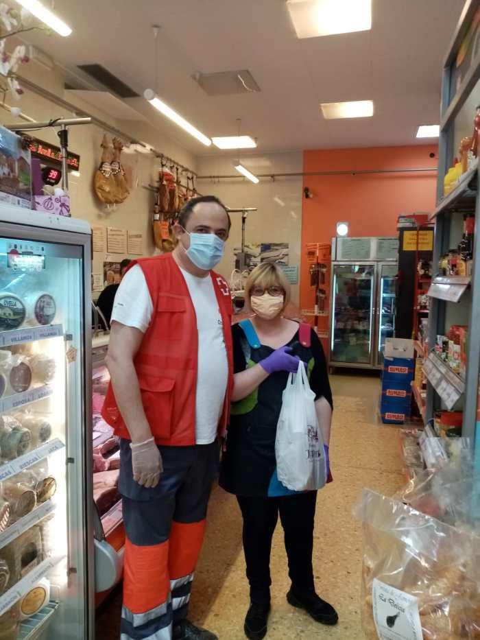 AGRADECIMIENTO. Voluntarios de Cruz Roja han repartido el chocolate con churros del Horno Jaqués.