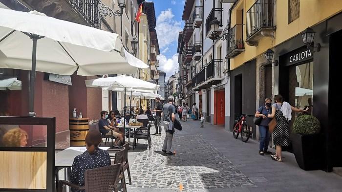 AYUDAS. El objetivo de los bonos que propone el PP es equilibrar las ayudas municipales al comercio con las de la hostelería. Calle del Carmen de Jaca, en una imagen de archivo de este verano. (FOTO: Rebeca Ruiz)