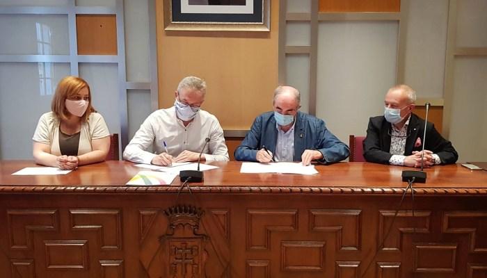 CONVENIO. Juan Manuel Ramón y Manuel Rodríguez han rubricado el acuerdo. (FOTO: Rebeca Ruiz)