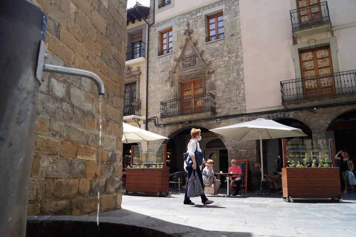 PLAZA DE LA CATEDRAL. Sólo tres fuentes de Jaca dan agua. (FOTO: Rebeca Ruiz)