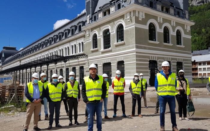 AVANCES. Un momento de la visita de Soro a las obras de la Estación de Canfranc, donde ha estado acompañado por el alcalde, Fernando Sánchez.