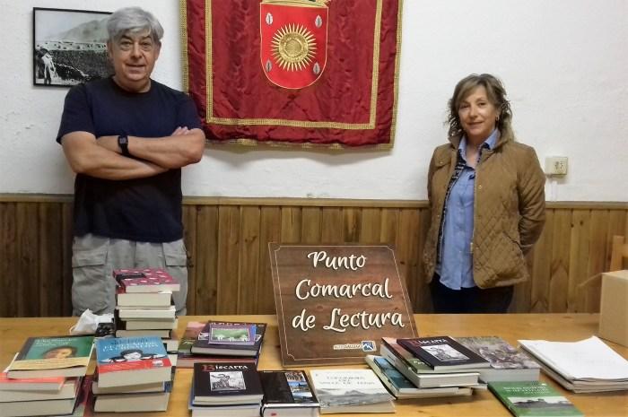 PUNTO DE LECTURA. Entrega de libros e infraestructuras en Piedrafita. En la imagen, la consejera Isabel Manglano -Comarca Alto Gállego- y Esteban Ruiz -Piedrafita-. (FOTO: Comarca Alto Gállego)