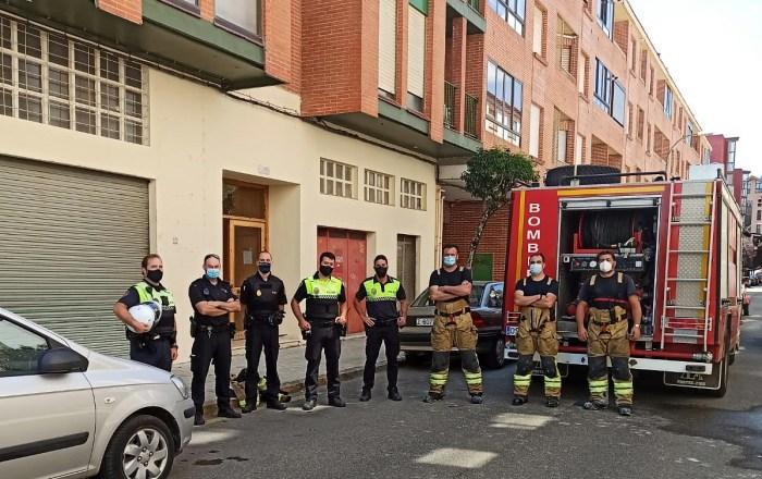 INCENDIO EN UN PISO. La rápida intervención y la coordinación entre el Servicio de Emergencias y la Policía Local y la Policía Nacional evitaba que el incendio tuviera consecuencias mayores.