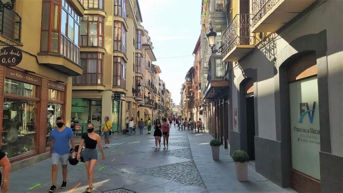 DESTINO. Ambiente, este lunes, que presenta la Calle Mayor de Jaca; actualmente, uno de los destinos más seguros del Pirineo aragonés. (FOTO: Rebeca Ruiz)