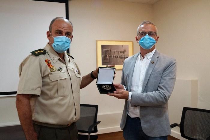 EMMOE. El Coronel Jáñez hace entrega al alcalde de Jaca de la medalla conmemorativa de los 75 años de la Escuela. (FOTO: Rebeca Ruiz)