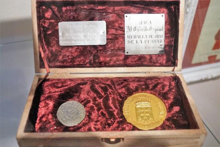 EMMOE. La única Medalla de Oro otorgada por la ciudad de Jaca se muestra junto al Sueldo Jaqués, ambos, reconocimientos a la labor del Ejército. (FOTO: Rebeca Ruiz)
