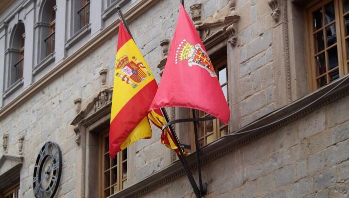 JACA. Banderas ondeando en el Ayuntamiento de Jaca. (FOTO: Rebeca Ruiz)