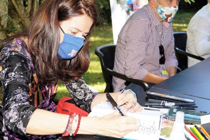 PRESENTACIÓN. Ana Merino ilustra sus dedicatorias. (FOTO: Rebeca Ruiz)