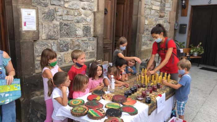 SOLIDARIDAD. Mercadillo de la Escuela de Verano de Ansó. (FOTO: Comarca de la Jacetania)