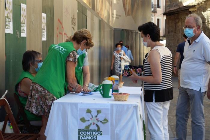 COLABORACIÓN. Mesa de la AECC en la Plaza Ripa de Jaca. (FOTO: Rebeca Ruiz)