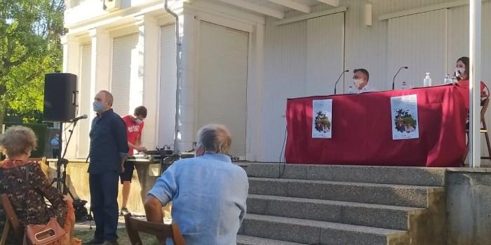 FERIA DEL LIBRO DE JACA. Presentación de Ana Merino y Manuel Vilas en los Jardines de la Universidad. (FOTO: Rebeca Ruiz)