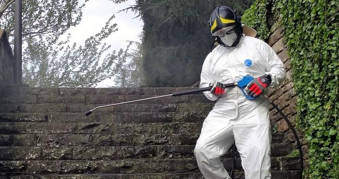 JACA. Un operario realiza labores de desinfección en las calles, en una imagen de archivo. (FOTO: Ayuntamiento de Jaca)