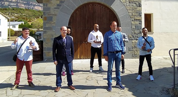 TROFEO IGNACIO ARA.  Eduardo Abadía, alcalde de Sigüés, y Emilio Marquiegui, director de Espabox y creador del trofeo, junto a los galardonados. (FOTO: Oficina de Turismo de Sigüés)