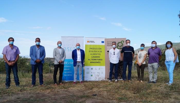 PROYECTO. Atades recuperará en Ascara legumbres autóctonas y producirá miel ecológica de borraja en La Jacetania. Un momento de la presentación. (FOTO: Rebeca Ruiz)