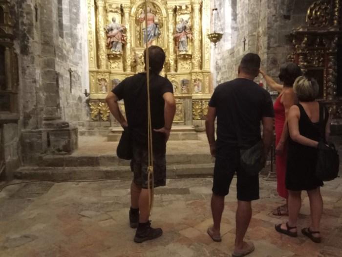 PATRIMONIO. Visitantes descubren la Iglesia de San Salvador de Majones, de la mano de Beatriz de Francisoud.