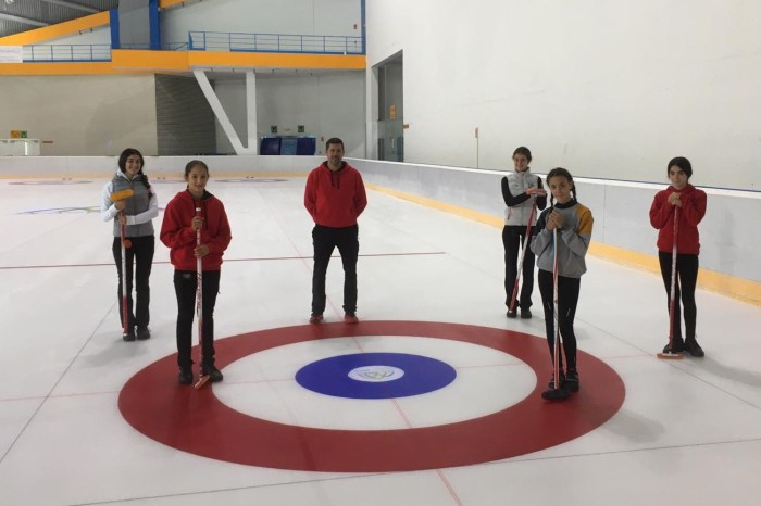 Alumnas de curling de las Aulas de Tecnificación de Hielo. (FOTO: FADI)