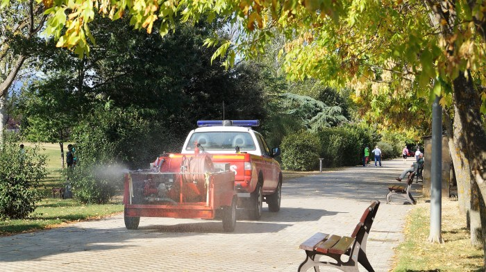 ZONAS VERDES Y PASEOS. Labores de desinfección del Servicio de Emergencias del Ayuntamiento de Jaca, este lunes. (FOTO: Rebeca Ruiz)