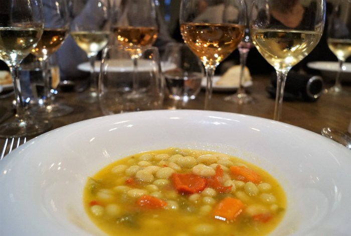 Pochas blancas y verdes a la navarra, uno de los nuevos platos de temporada del Cobarcho. (FOTO: Rebeca Ruiz)