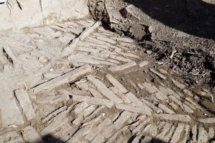 Suelo descubierto en el yacimiento de La Torre de Bescós de la Garcipollera. (FOTO: Rebeca Ruiz)