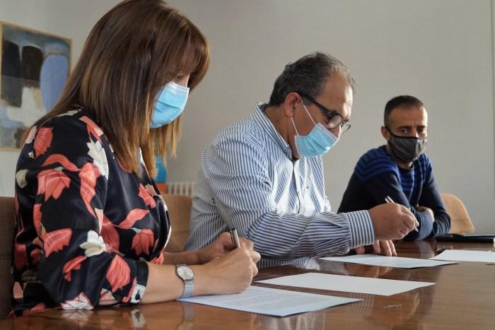Berta Fernández (alcaldesa de Sabiñánigo), José Luis Bandrés (presidente de la AD Sabiñánigo) y Carlos Allué (concejal de Deportes), durante la firma del convenio. (FOTO: Rebeca Ruiz)