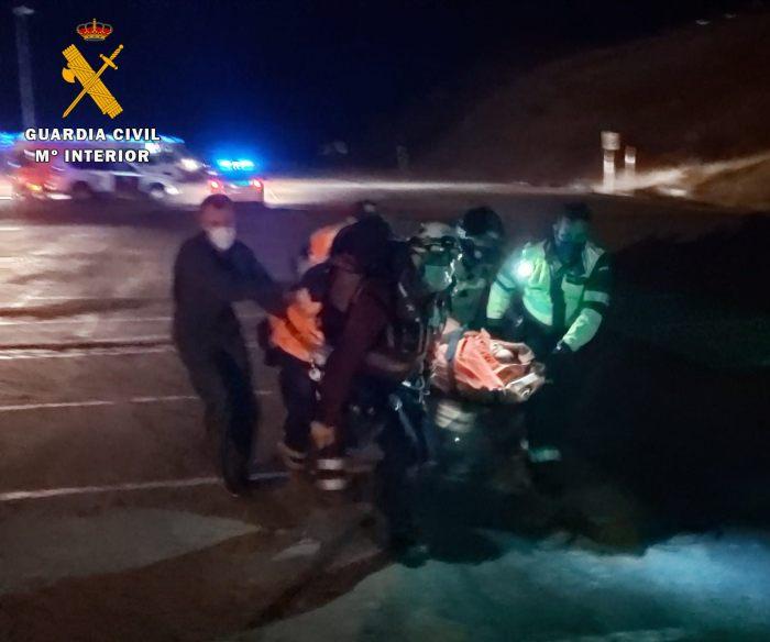 Aparatoso accidente al caer un turismo con cinco ocupantes al barranco del río en Astún. (FOTO: Guardia Civil)