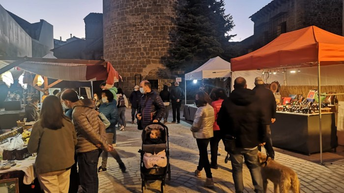 Este fin de semana se celebra en Jaca el primer blogtrip sobre turismo seguro. En la imagen, ambiente en Jaca durante el pasado puente del Pilar, en la Plaza Ripa. (FOTO: Javi del Pueyo)