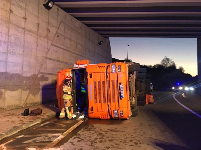 Como consecuencia del accidente, ha resultado herido el conductor del camión. (FOTO: Policía Local de Sabiñánigo)