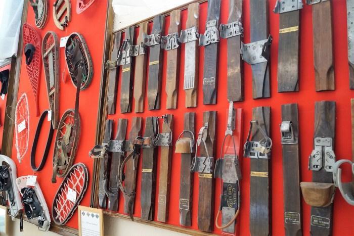La evolución de las fijaciones y raquetas, en el museo de la EMMOE. (FOTO: Rebeca Ruiz)