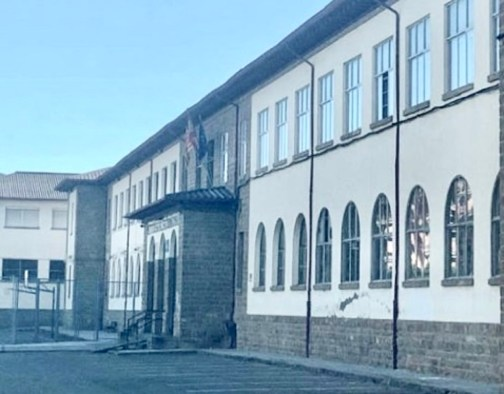 El PP de Jaca pide mejoras en los medios telemáticos de los centros educativos. En la imagen, el IES Domingo Miral. (FOTO: PP Jaca)