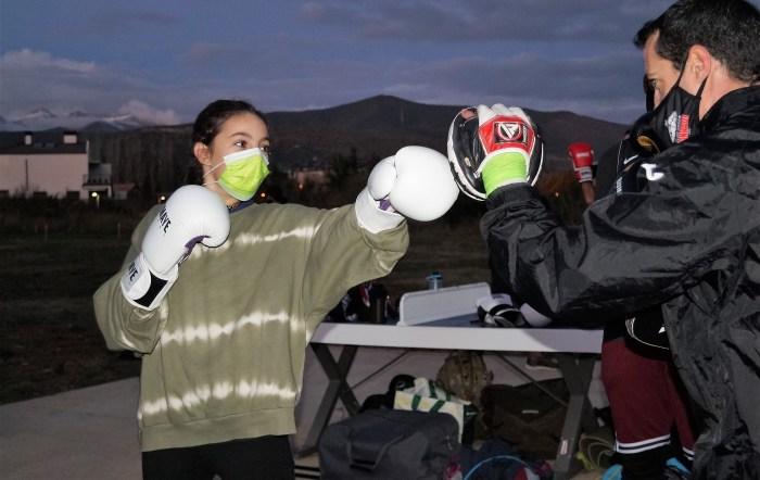 Álvaro Conradi, en una sesión de entrenamiento con una joven boxeadora. (FOTO: Rebeca Ruiz)