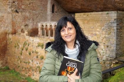 Rebeca Ruiz en el Monasterio Viejo de San Juan de la Peña, escenario de grabaciones y documentales sobre la historia y el camino del Santo Grial (FOTO: Rebeca Ruiz)